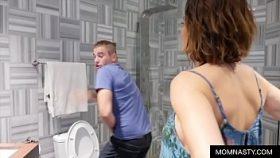 imagen Mi suegra me persigue hasta el baño para que la folle sin parar