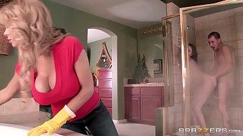 Imagen Su madre le pilla follándose al novio en la ducha y decide unirse