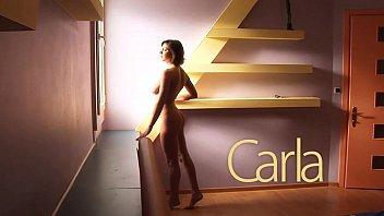 Carla, morena de buenas tetas, desnuda y con ganas de sexo
